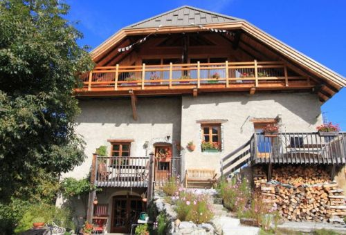 The apartment is located in an authentic old farmhouse in the hautalpine style